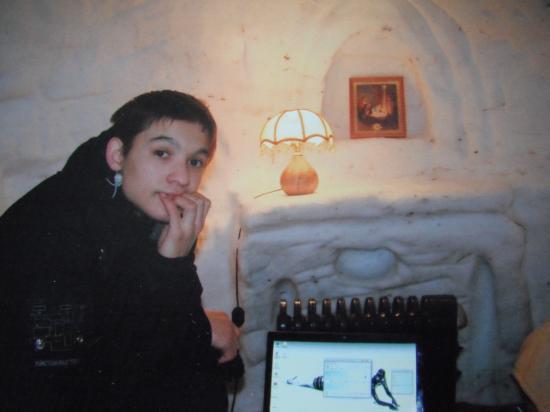 вот такая современная снежная пещера, в которой есть всё, от электричества и до компьютера