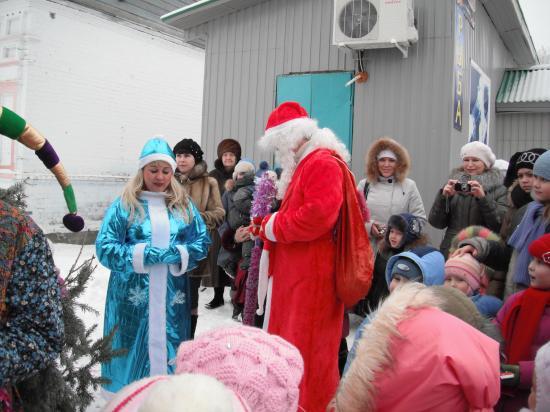 Дед  Мороз и  Снегурочка поздравляют малышей