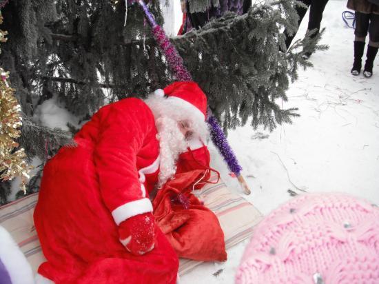 хорошо спит  Дедушка  Мороз под ёлкой