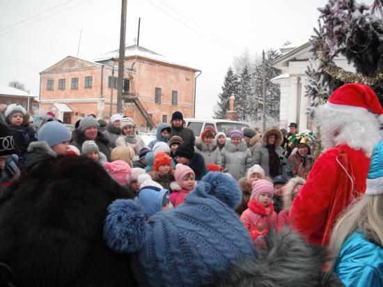 много народу собралось у ёлки в селе Кубенск
