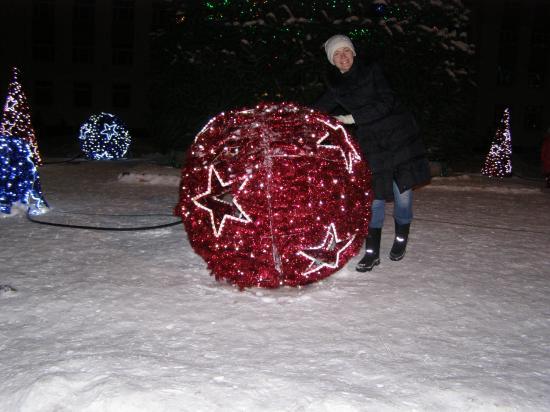 Такие светящие шары украшают площадь перед Белым домом