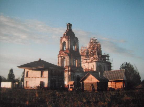 Это и есть старинное село Едка.Двухэтажный дом - это бывшая церковно-приходская школа.Здесь наша обитель.