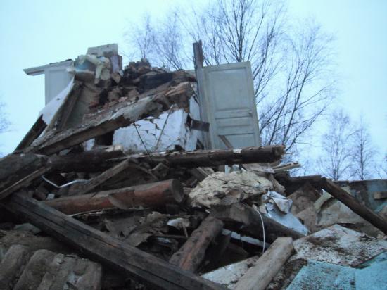 Старый дом около автовокзала -сломали . Постояла около него,  поразмышляла.Тут жили люди и были счастливы.Одним словом, тут кипела жизнь.Может быть, тоже как я, путешествовали.