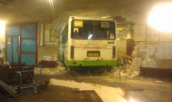 Автобус-гонщик въехал в стену