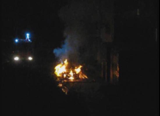 Иномарка сгорела во дворах на Конева (ВИДЕО)
