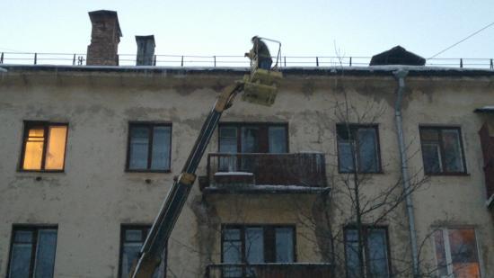 Коммунальщики начали сбивать сосульки с крыш