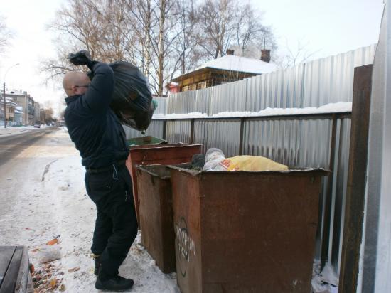 порядок у этих мусорных баков так же оставляет желать лучшего...