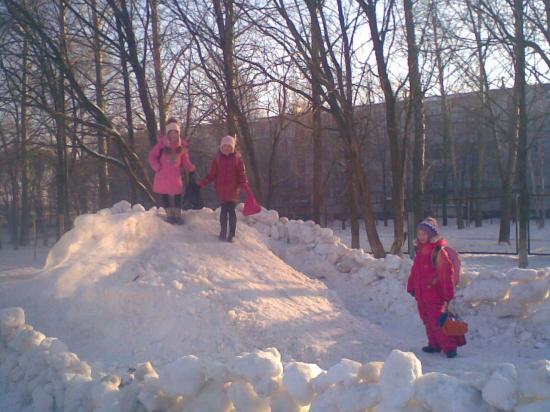 Горку строим на территории начальной школы №16