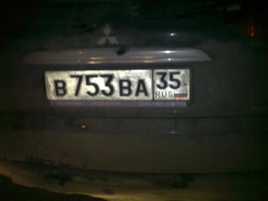А вот его номер...Страшно предположить, что могло бы произойти, если бы этот автомобиль выехал со двора и продолжил свое движение по ночному городу! Вот уж поистине - ПЬЯНЫЙ ЗА РУЛЕМ - ПРЕСТУПНИК!!!