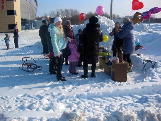 Торговля шариками у Ледового дворца.
