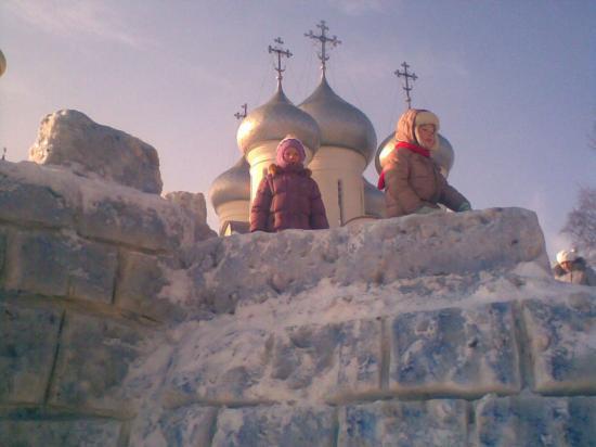 Взятие снежной крепости.