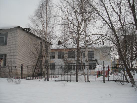 Белое облезлое здание - это  действующий детский садик.