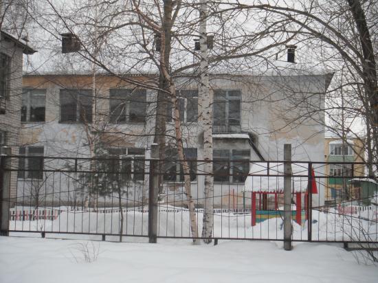 Дейсвующий детский сад, так-то он ещё и не очень плохой, вот только краска пооблезла. Да ладно, зимой на снегу не очень заметно, а весной когда всё растает, так ведь грязь не скоро подсохнет и опять всё будет гармонично.