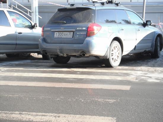 Тут ещё и пешеходам место осталось втиснуться.