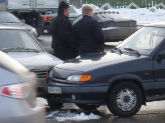Пострадавшие водители ожидают сотрудников ГИБДД