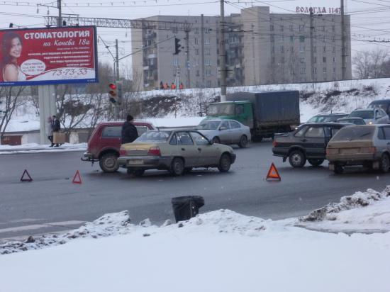 Пострадавшие машины заняли обе полосы движения в сторону центра