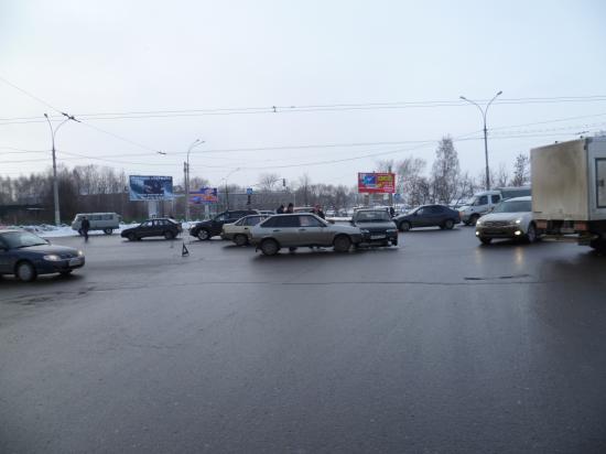 Машинами занят весь перекресток, поэтому нужно ожидать пробку и из центра