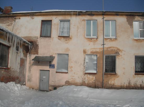 Сосульки на фоне очага культуры в пос. Дубровское. Здание не после войны - это современный очаг культуры.