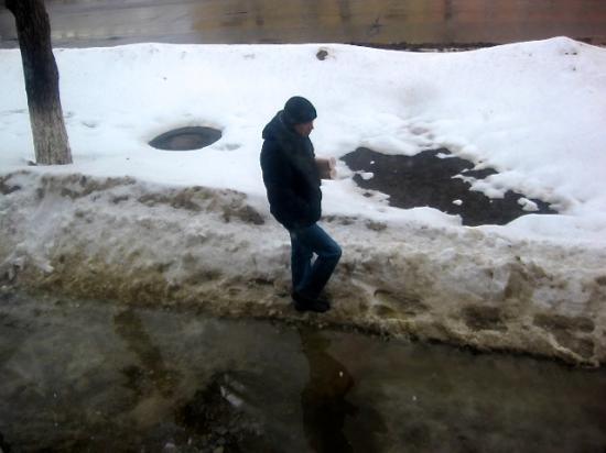 Бульвар Доменщиков 47, проход со стороны дороги. Вот люди, которые обходят по снегу лужу.