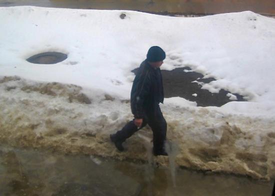 Бульвар Доменщиков 47 проход со стороны дороги. Вот люди, которые обходят по снегу лужу.