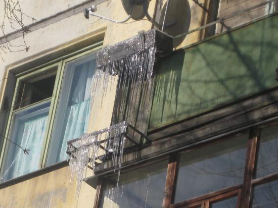 Сосульки на балконах.