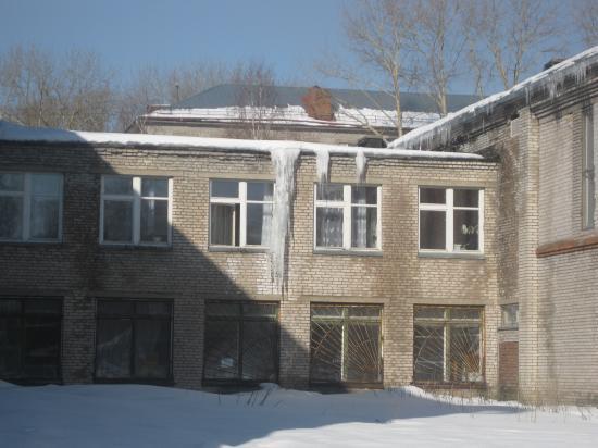 Такие сосульки на крышах школы №3 города Череповца
