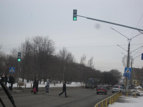 Улица Сталеваров, горит красный, а люди бегут! Вот такие у нас пешеходы. А все бегут, бегут, бегут, бегут под красный свет.