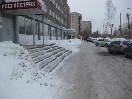 Улица Краснодонцев, Россгострах. Сначала застрахуй жизнь, а потом ходи по льду, а то мало ли чего.