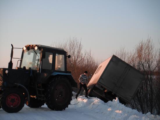 как ни пытался тракторист помочь, но ничего не вышло. Трактор лишь кружился как на катке.
