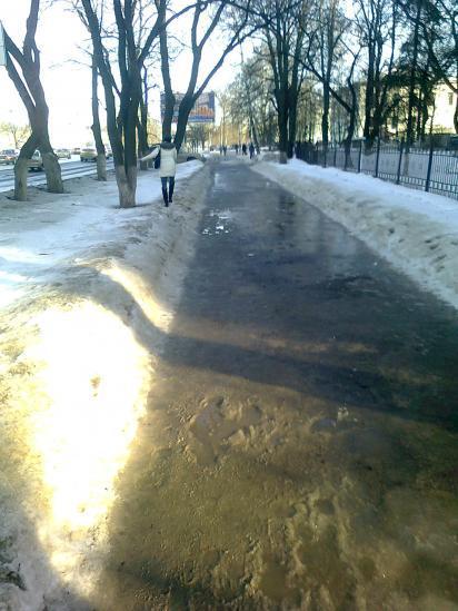 Тротуар на проспекте Победы днем превращается в сплошную лужу