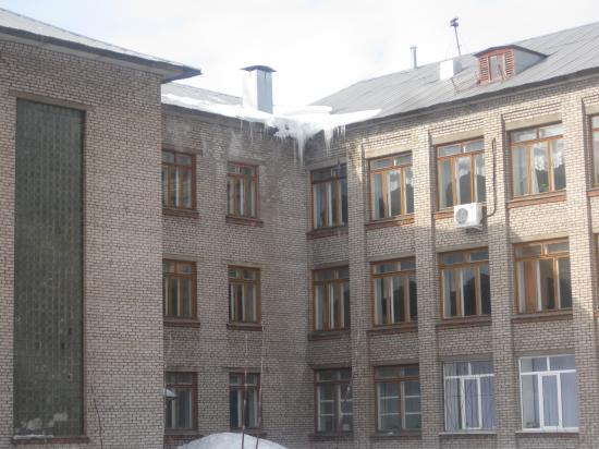 Школа № 21 ул Строителей 11 сосульки снимок 26 марта 2012