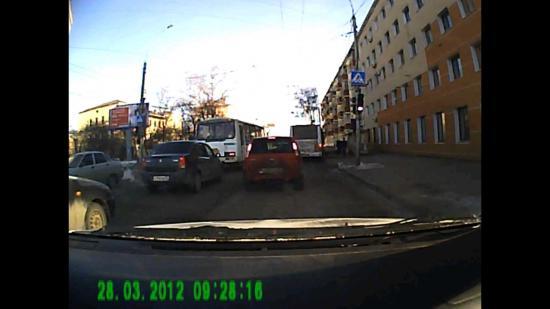 Троллейбус и 2 автобуса из правой полосы  заехали в карман на остановке, а ПАЗ из левой полосы включил правый поворот и, не пропустив автомобили справа от себя, начал поворот к остановке.
