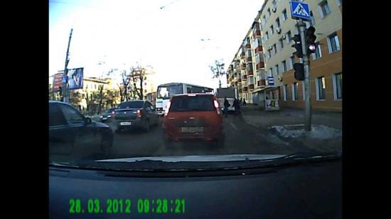 Автобус ПАЗ заехать в карман не смог, остановился под углом к улице и перегородил движение на обеих полосах.