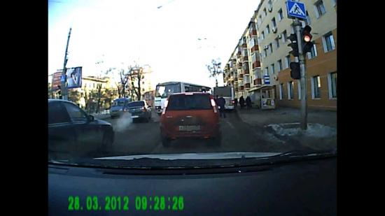 Водитель ПАЗа, так и не доехав до остановки, открыл двери.