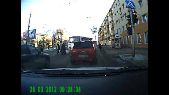 Водитель ПАЗа закрыл двери и начинает движение.