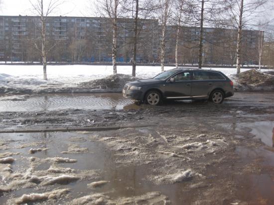 Машина проплывает по Архангельской
