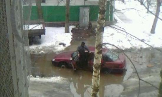 За неделю в яме побывали несколько автомобилей