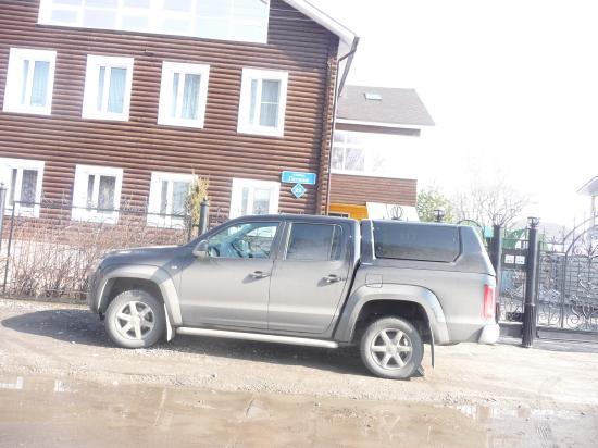 У дома № 25 по ул.Гоголя машины на тротуаре, а пешеходы на дороге.