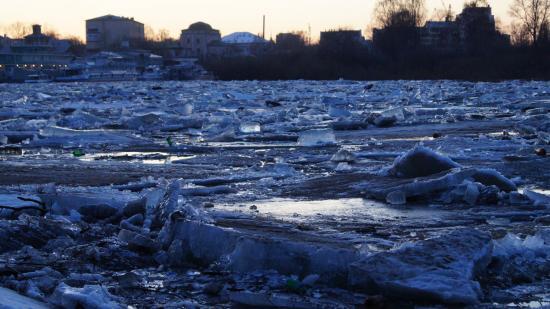 Сверху лед очень грязный. Причем не просто серый, на нем много мусора, например, пластиковых бутылок.