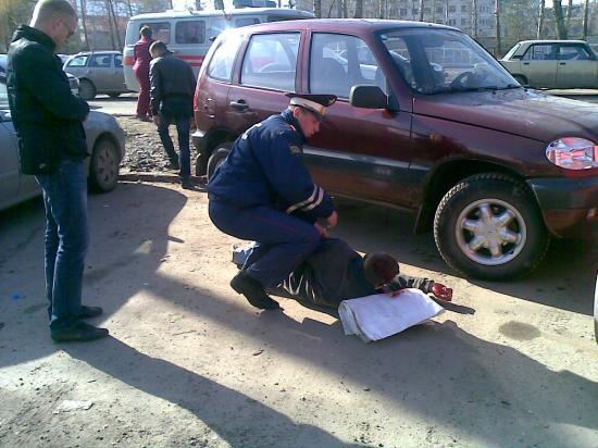 Сотрудник ГИБДД оказывает первую медицинскую помощь пострадавшему