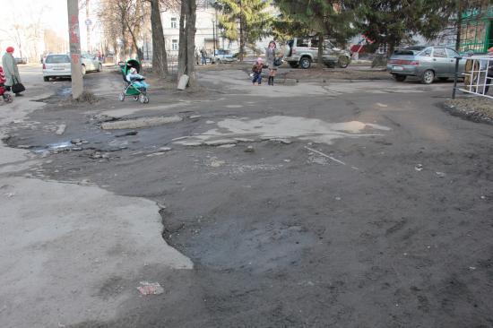 Пешеходный переход есть, а условий нет, а когда дождь пройдет, грязи по колено.