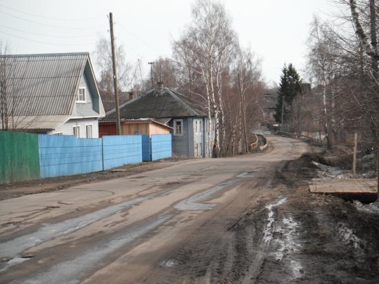 Главная улица села Кубенское - улица Ленина. Когда-то около домов были мосточки для пешеходов, сегодня высокий забор.