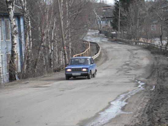 Опасный участок дороги. Каждый день по этой дороге ребята идут в школу, детский сад, училище.