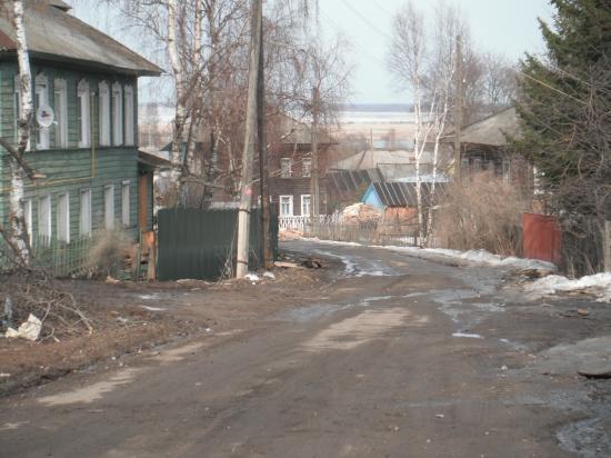 А это в самом центре села Кубенское, благодаря местному батюшке участок дороги стал очень опасным. Там, где батюшка поставил около своего дома новый забор, раньше были мостки.