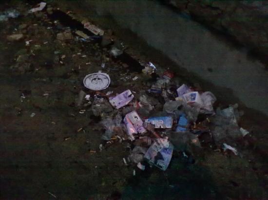 Просто кучи прямо под стенами. Впечатление, что выбрасывают мусор прямо из окон.