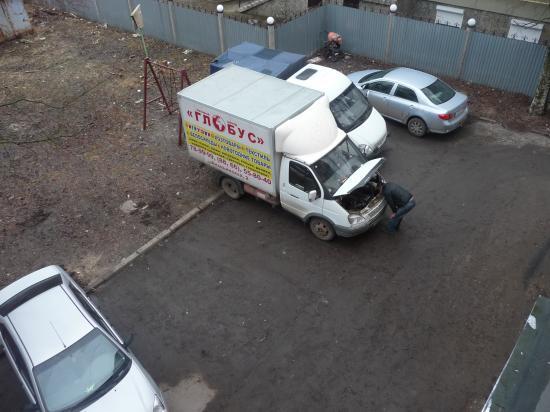 Ремонт грузовика. Разве грузовикам место во дворе жилого дома?