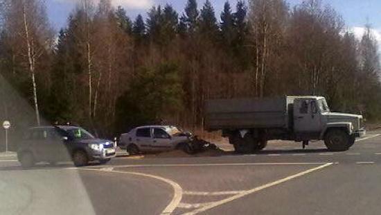 Легковушка столкнулась с грузовиком на трассе Вологда - Новая Ладога