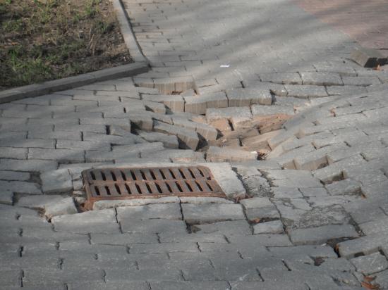 Плитка уже провалилась, образовав яму.