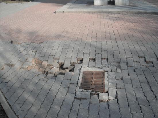 Вот так выглядит провалившаяся плитка около памятника