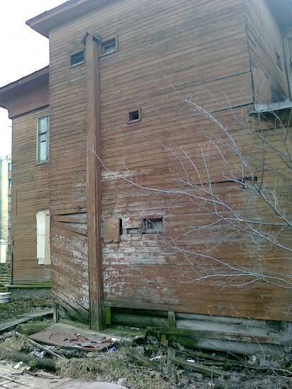 Это дом, в котором живет ветеран. Он построен в 1923 году и в данный момент находится в аварийном состоянии.